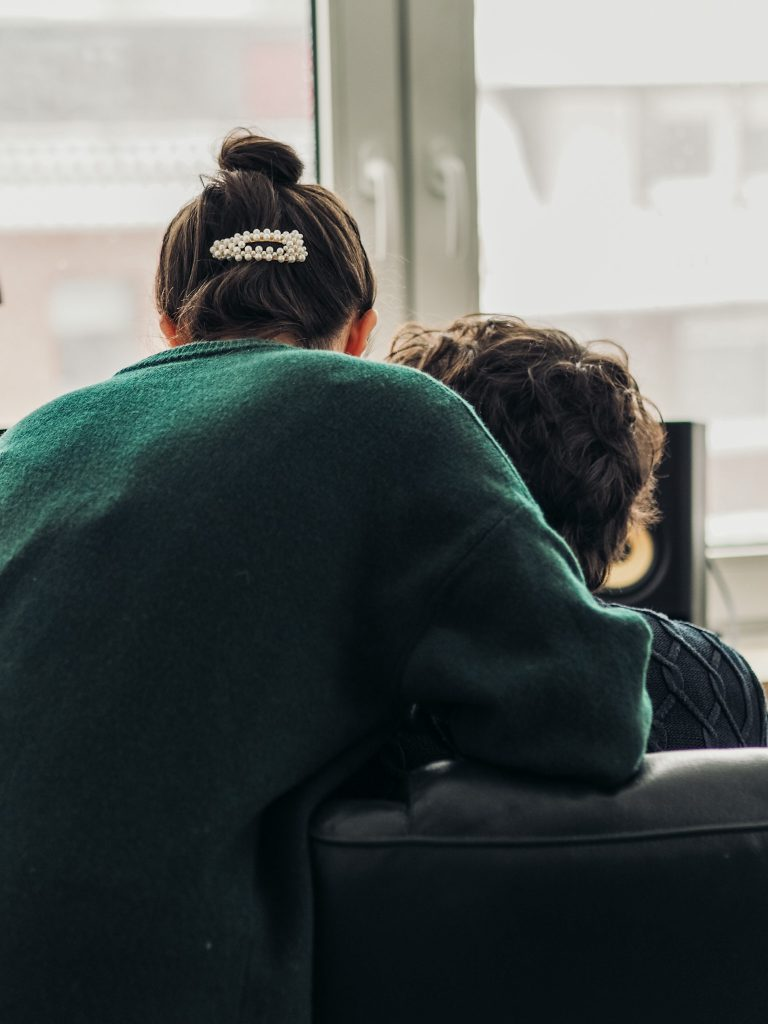 Personen am Laptop in einer Besprechung