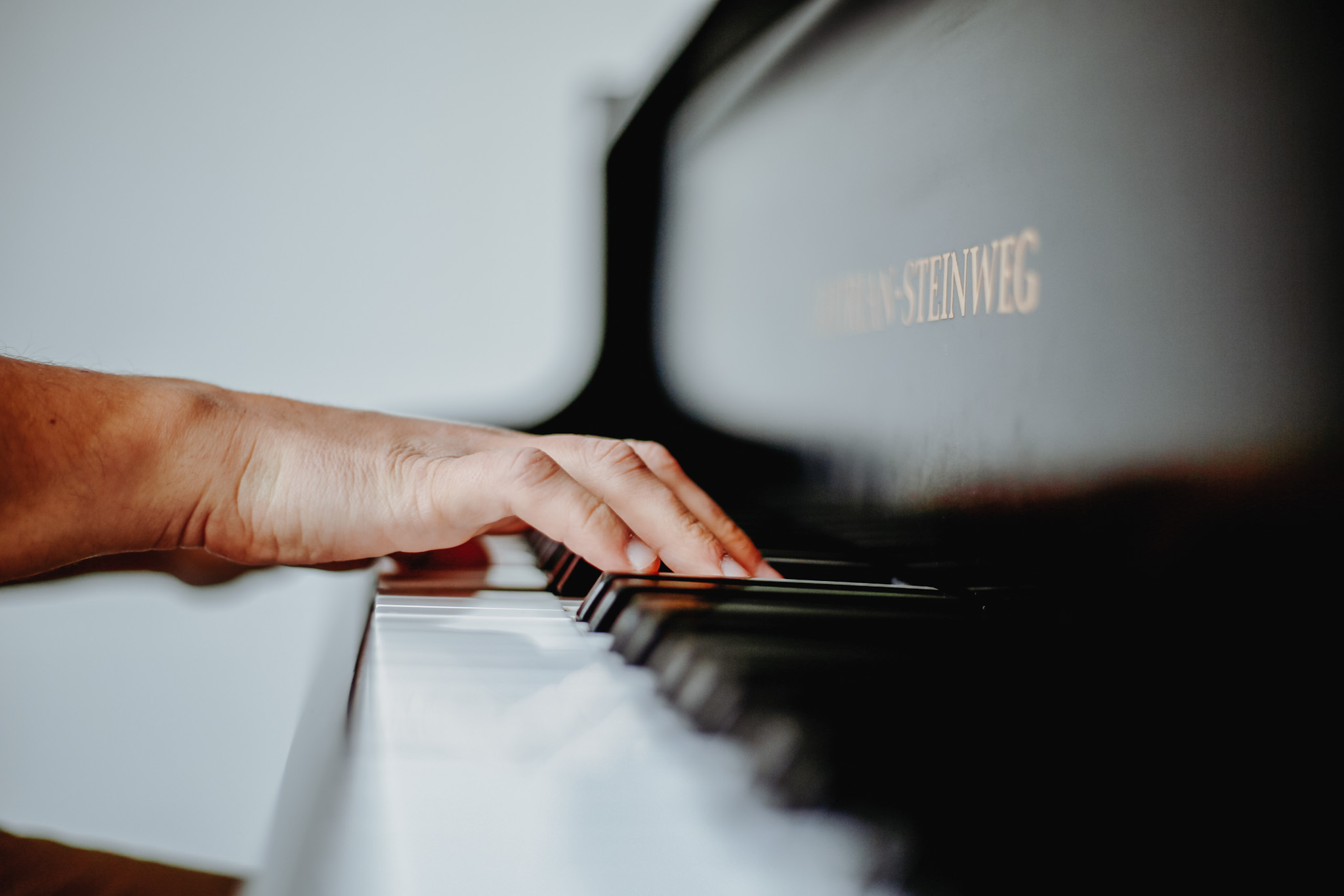Hände am Klavier