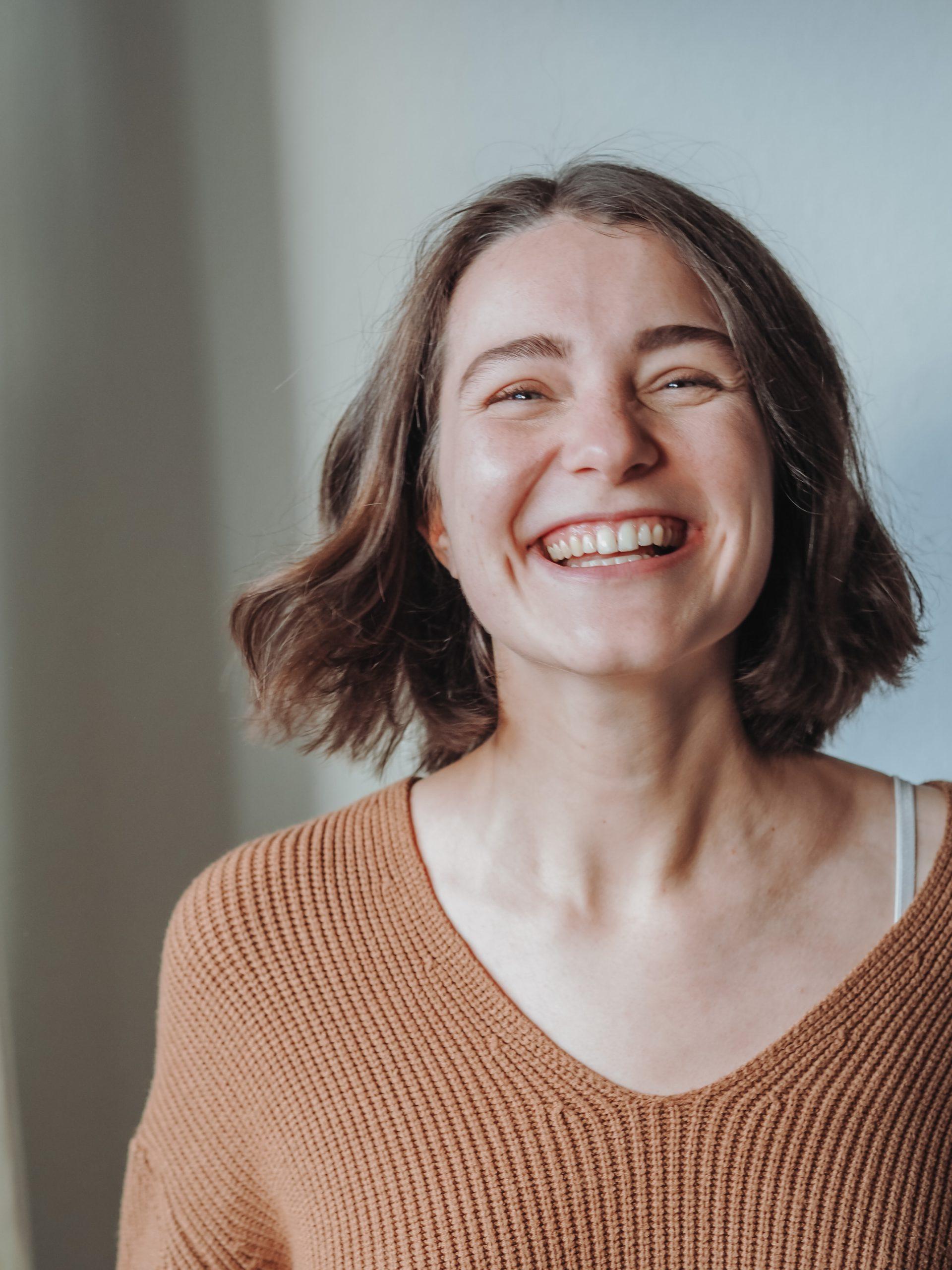 Ein Portrait von Mareike, auf dem sie lacht