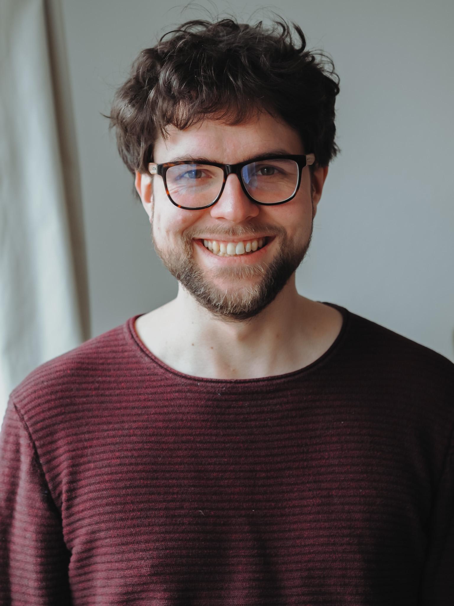 Portrait von Philipp, der in die Kamera lächelt
