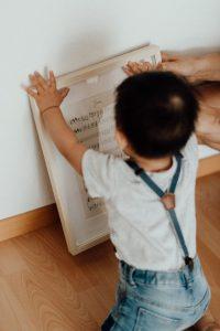 Kleinkind mit klangGeschenk Rahmen