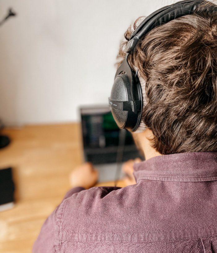 Philipp mit Kopfhörer und Laptop