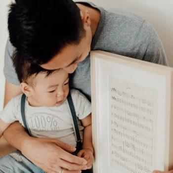 Papa und Sohn mit ihrem klangGeschenk-Rahmen